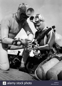 Luciana CIVICO se préparant pour une plongée 1962 - Img alamy 01